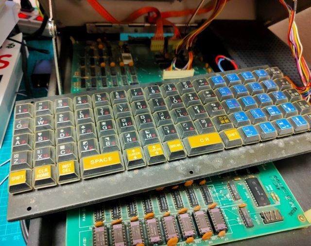 MZ-80K2のキーボードのメンテナンスに接点復活スプレーを使ってみた。